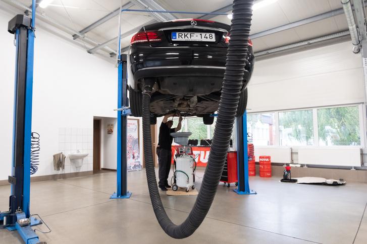 A művelethez a motort járatni kell, ezért kell a kipufogógázt elszívni