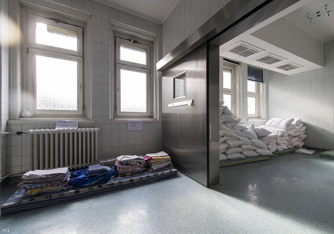 Készletraktárként használt műtő a koronavírussal fertőzöttek fogadására átalakított Kútvölgyi Kórházban 2020. március 24-én