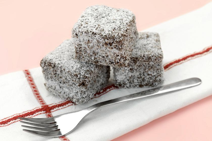 A kókuszkocka csokis krémmel igazi békebeli sütemény, ami mézes tésztából a legfinomabb. Így a süti nem szárad ki, akár előre is elkészítheted. Nagyobb ünnepeken is ott a helye az asztalon.