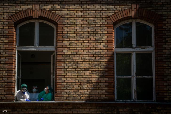 Egészségügyi dolgozók a koronavírussal fertőzött betegek fogadására kialakított Covid Ortopéd-Traumatológiai Osztályon a fővárosi Szent János Kórházban 2020. május 14-én