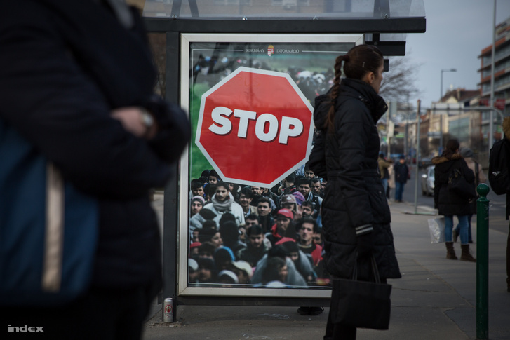 2018-as kormánypropaganda a BKV egyik budapesti buszmegállójában