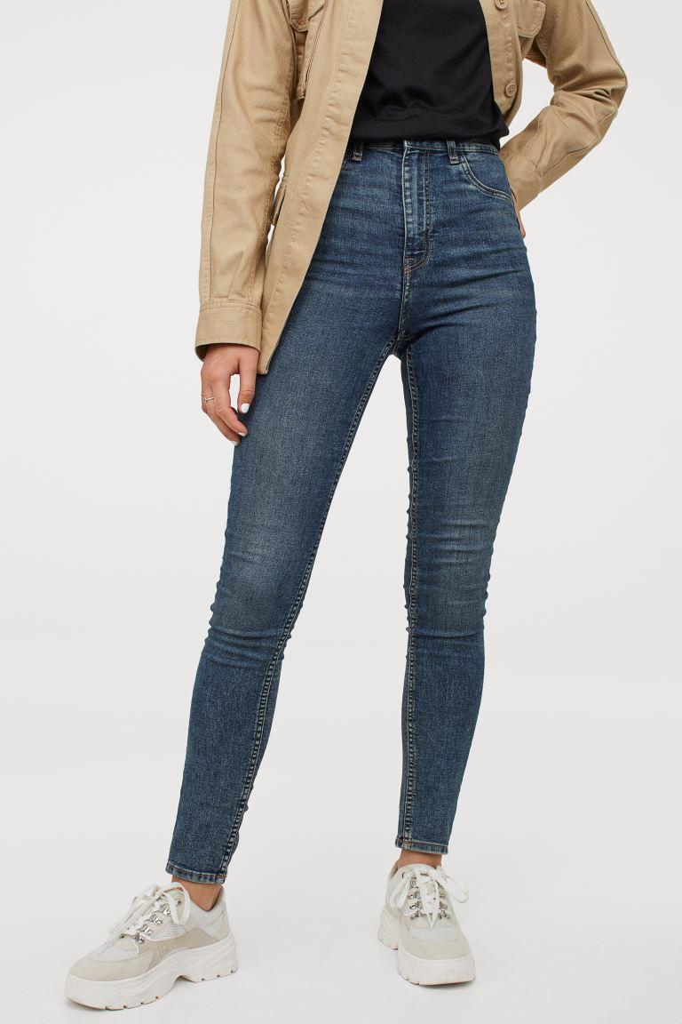 A H&M super skinny nadrágja szépen kiemeli az alakot, magas dereka pedig erőteljesen karcsúsít. Bármilyen cipőhöz remek választás. 5995 forintért vásárolhatod meg.