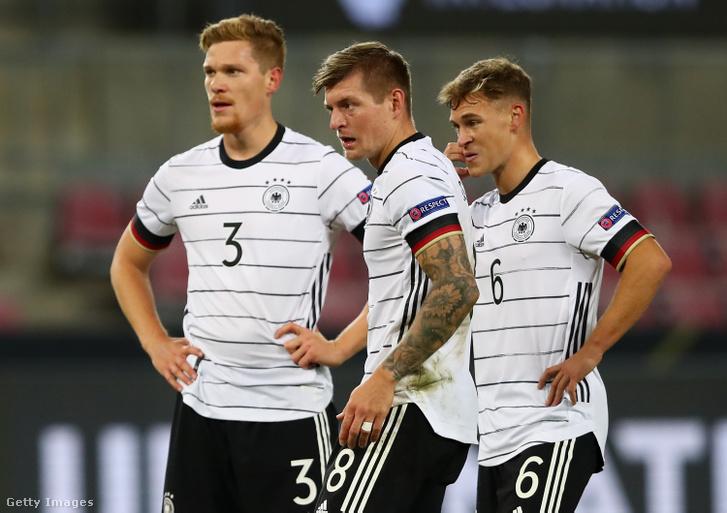 A német válogatott tagjai: Marcel Halstenberg, Toni Kroos és Joshua Kimmich a Svájc elleni mérkőzésen Kölnben 2020. október 13-án