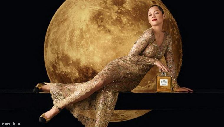 Nem újdonság, hogy egy-egy márka olyan reklámfotókkal szeretné eladni a termékeit (vagy kívánatosabbá tenni saját magát), aminek inkább hangulata, mint hétköznapi keretek közt értelmezhető üzenete van.Itt van például ez a viszonylag friss kép a Chanel-parfümöt népszerűsítő Marion Cotillard-ról (elnézést a minőségért), amin egy aranyszínű ruhában belevész a Holdba, miközben ránézésre nagyon kényelmetlenül fekszik egy polcon.