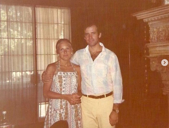 Jill Biden szívesen nosztalgiázik Instagram-oldalán, ez a kép róla és Joe Bidenről szerelmük hajnalán készült.