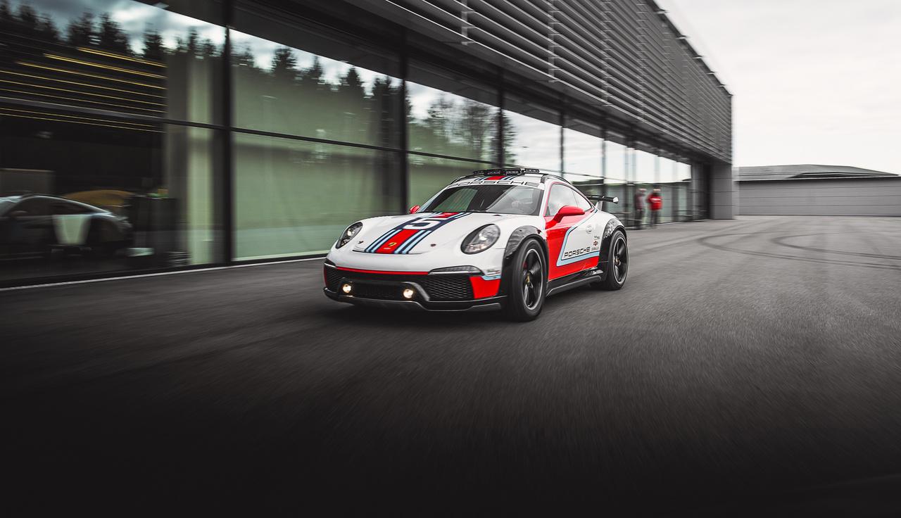 A 911 Vision Safarit 2012-ben készítette a Porsche, és ahogy a képen is látszik, valódi, vezethető prototípus. Az 1970-es években a kelet-afrikai Safari Rally-n induló 911-esnek állít emléket, ami megerősítve, megemelt hasmagassággal, és jellegzetes Martini-csíkokkal vágott neki anno a közel 5000 kilométeres túrának.