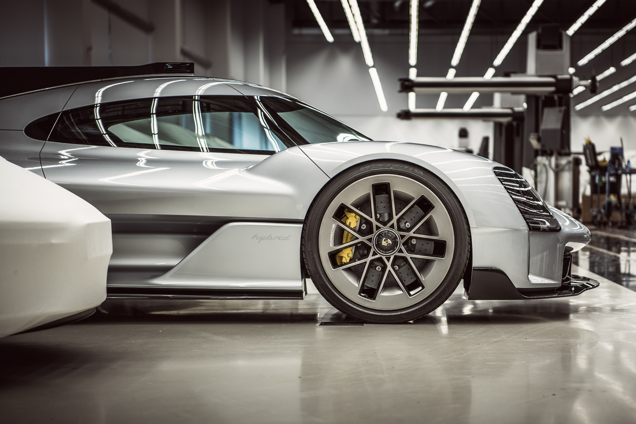 A 919 Street a Porsche sikeres hibrid versenyautójának, a 919 Hybrid emlékére készült. Az eredeti terv az volt, hogy egy utcai, nem versenypilóták által is kezelhető verziót faragjanak belőle.