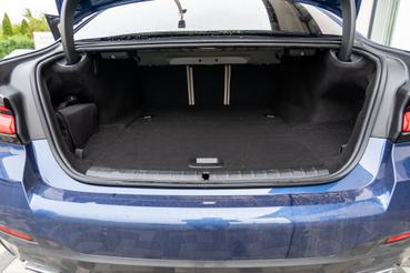 Az ülésdöntő kallanytúk is sokkal elegánsabbak, mint mondjuk egy Jaguar XE-ben