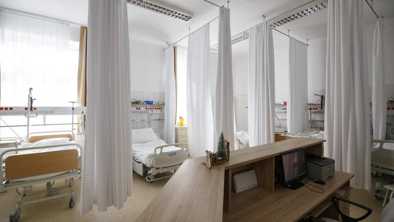 Átirányították a személyzetet Győrbe, csak 17 lélegeztetőgépet tudnak működtetni a szombathelyi kórházban