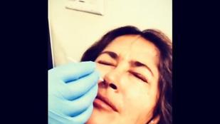 Salma Hayek posztolta az Instára, ahogy az orrában kotorásznak covidtesztkor