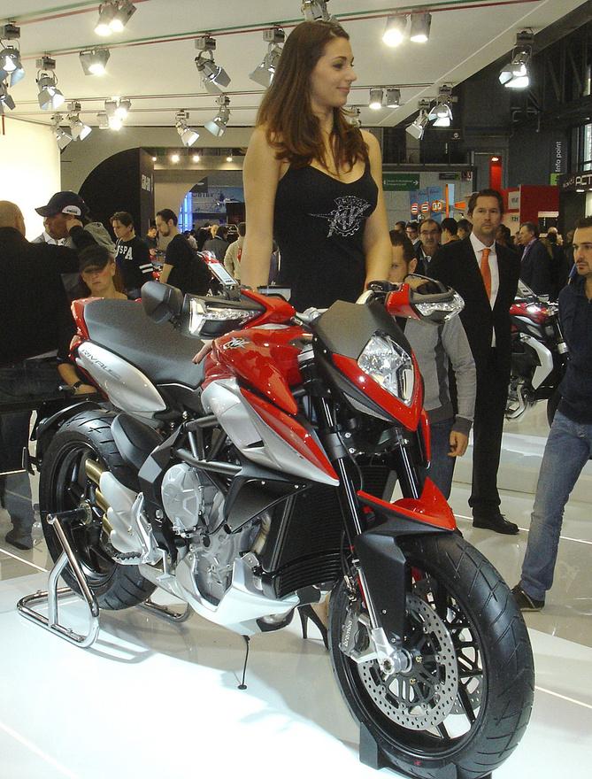 Az MV Agusta nem tud csúnya motort csinálni, de a Rivale mellett a lány is csinos darab