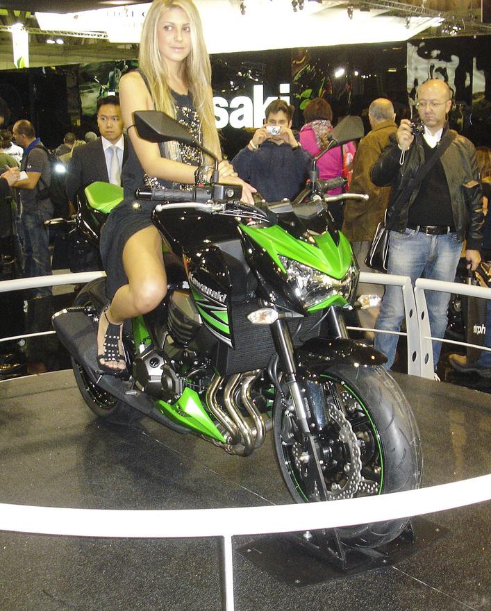 A Kawasaki elkötelezte magát a transzformeres formák mellett. A csaj hála istennek humanoid