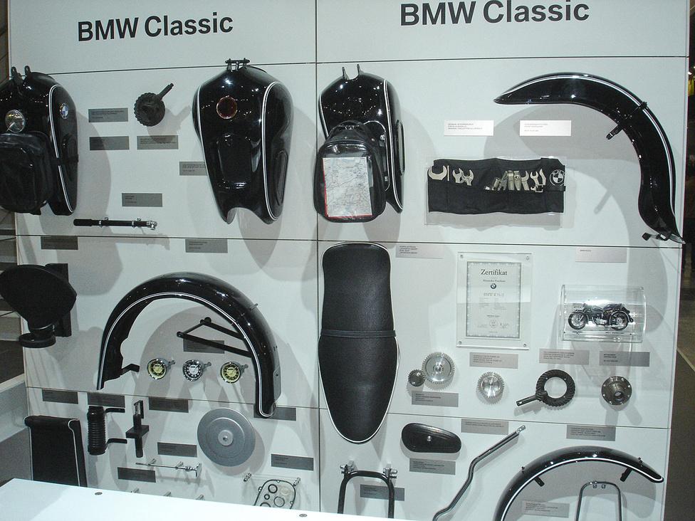 A BMW a régi gépekhez is kínál elemeket, de jövőre új, régies formájű bokszerrel is készülnek