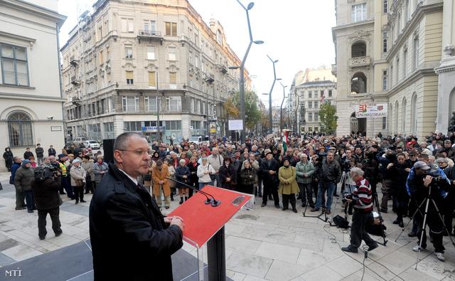 Szergej Sztanisev az Európai Szocialisták Pártjának elnöke volt bolgár kormányfő beszédet mond az MSZP fővárosi rendezvényén