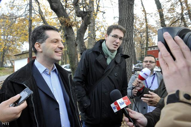 Schiffer András és Karácsony Gergely megérkeznek a  Csillebérci úttörőtábor tornacsarnokába