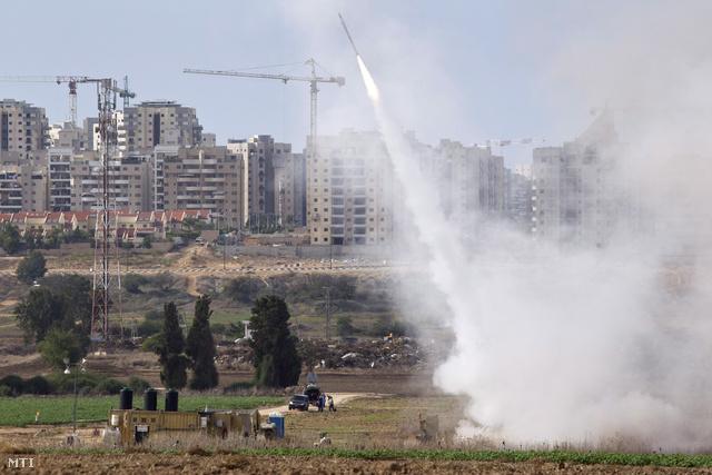 A Vaskupola nevű izraeli rakétaelhárító rendszer egy rakétákat lő ki Izrael déli részén