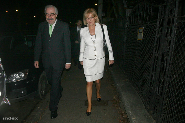 2010. A választások éjszakáján a Szilágyi Erzsébet fasorban Dávid Ibolya és Bokros Lajos