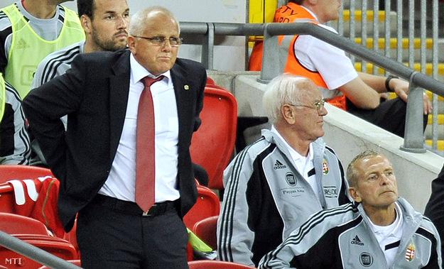 Dr. Szilágyi György (középen) 226 mérkőzésen ült a magyar válogatott kispadján, itt éppen Egervári Sándor segítőjeként