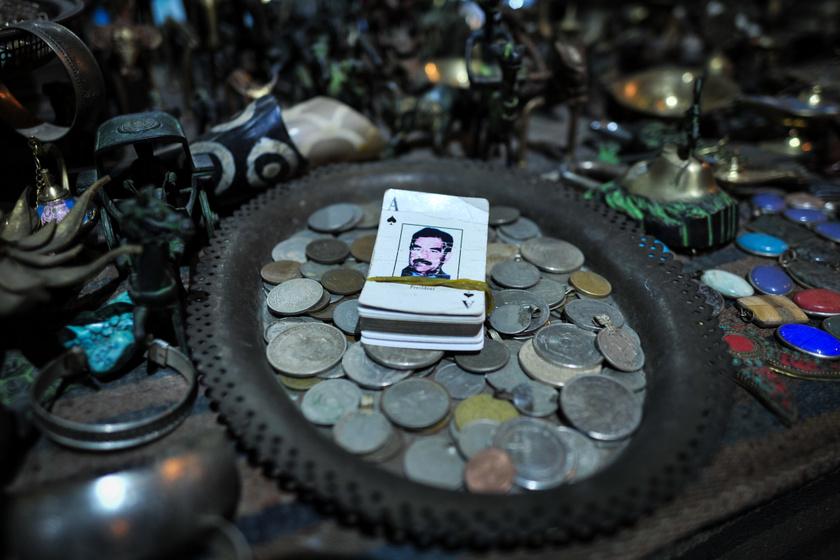 Egy régiségüzlet kincsei között bújt meg a Szaddám Huszein portréjával díszített kártyapakli Ammánban. Mi lehet az oka az egykori diktátor népszerűségének?