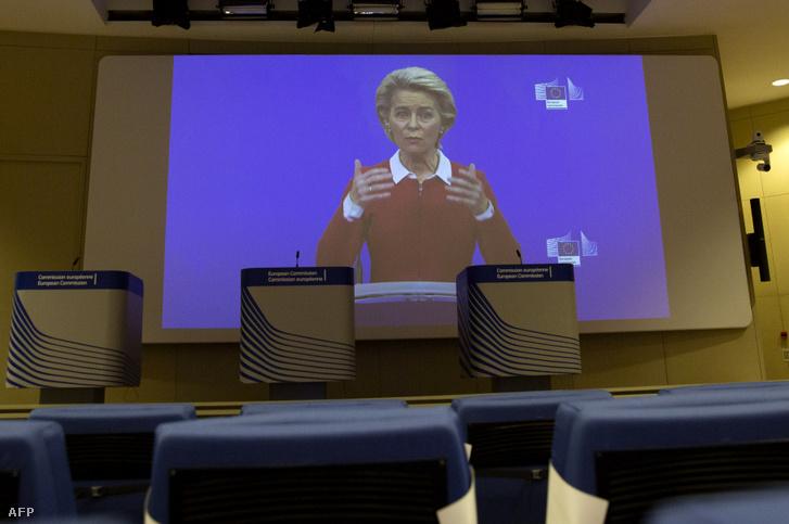 Ursula von der Leyen beszél videó konferencián a brüsszeli sajtóteremben