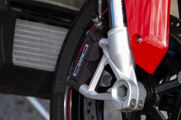A fékek szintén csúcsminőségűek, a fékerőt pedig dőlésszögérzékeny ABS felügyeli, a driving mode-tól függő intenzitással - Dynamic Próban a hátsó ABS ki is lőhető, ha szupermotós stílusban mennél keresztbe