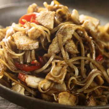 Ázsiai rizstészta, ahogy a kínai étteremben készítik – Sok zöldséggel a legfinomabb