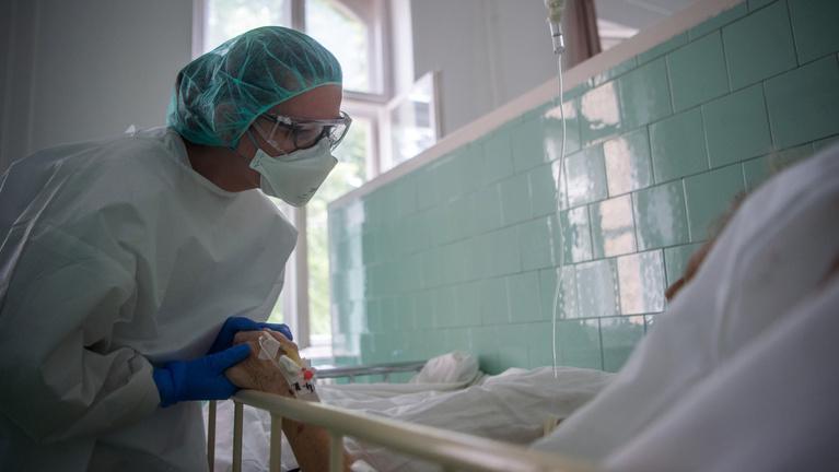 Koronavírus: 101 újabb halott, csaknem ötszázan lélegeztetőgépen