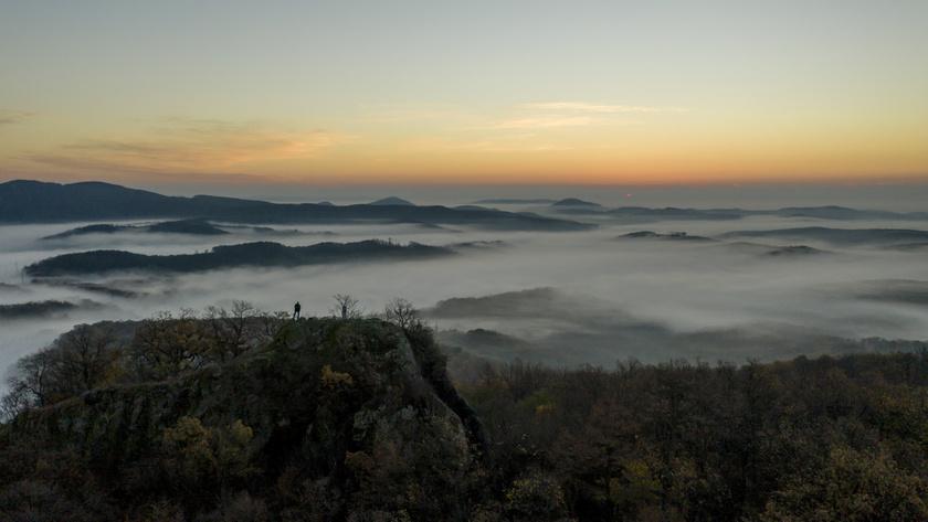 Hajnali köd napfelkeltekor a Salgótarján közelében lévő Pécs-kőről fotózva.