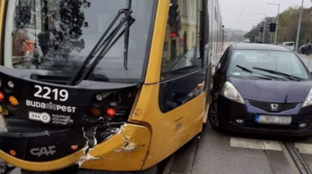 Villamossal ütközött egy személyautó a Bécsi úton