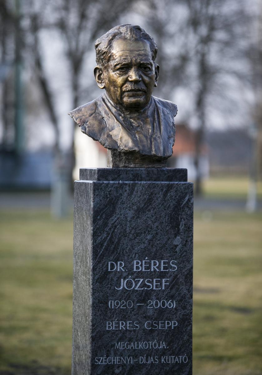 Béres József mellszobra a Lakitelek Népfőiskolán kialakított Nemzeti Panteonban.