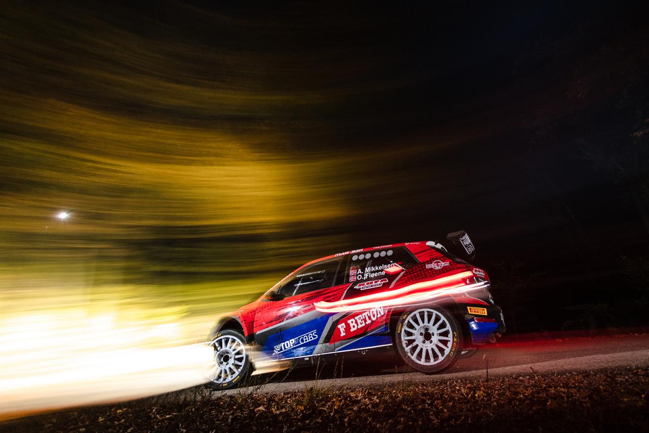 A Rally Hungary legnagyobb meglepetése Andreas Mikkelsen indulása volt. A norvég pilóta bár idén még egyetlen futamon sem versenyzett, egy magyar csapat invitálásra most mégis raliautóba pattant és bebizonyította, hogy egészen más tapasztalattal bír, mint a mezőny bármelyik tagja. Ez nem véletlen, Mikkelsen ugyanis Volkswagen és Hyundai gyári pilóta volt, több WRC-futamot is nyert, és kétszer lett összetett harmadik a vébén. Tudásához nem férhet kétség, hét szakaszgyőzelmet is bezsebelt, és szinte kockázatvállalás nélkül húzta be ezt a futamot