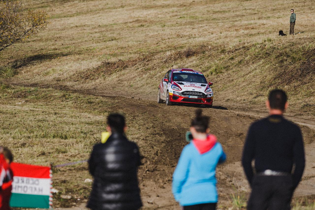 Az ERC3-as kategória ötödik helyezettjeként zárta Vogel Adrienn és navigátora, Notheisz Ivett a rali-Eb magyarországi fordulóját, a Rally Hungary-t. A Roger Racing Team párosa ezzel a kategória legjobb magyar egységeként ért célba