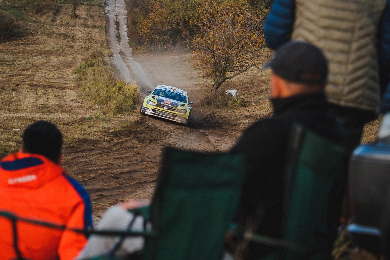 A tavalyi verseny győztese, Turán Frigyes nem tudta megismételni előző évi teljesítményét. Ez már a szombati első gyors után nyilvánvalóvá vált, mert egy defekt miatt rögtön három perc hátrányba kerültek. Innentől valószínűleg Friciék már kizárólag a magyar értékelésre koncentráltak, amiben végül sikerült a negyedik helyig autózni magukat. Miután az Országos Rally Bajnokság pontjait a szombat esti célban osztották, így a volkswagenes páros vasárnap már nem folytatta a küzdelmet