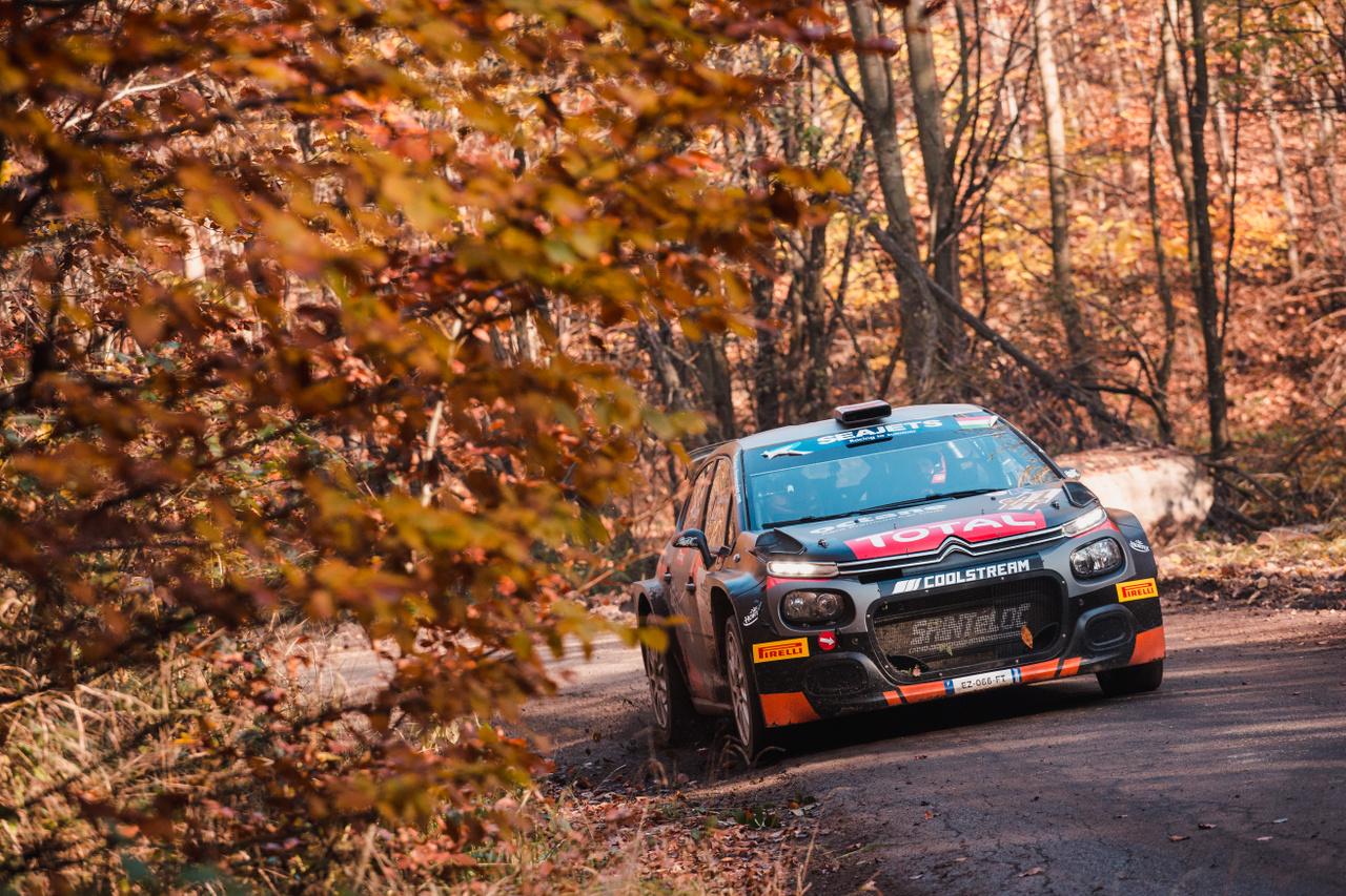 A tavalyi Rally Hungary legnagyobb vesztese az orosz Lukjanuk volt, aki az utolsó gyorson bukta el első helyét, és ezzel együtt vesztette el az Európa-bajnokságot is. 2018 bajnoka ezt követően természetesen nem túl jó élményekkel távozott a magyar futamról, melyeket több fórumon szóvá is tett. Tavalyi emlékei valószínűleg idén is élénken éltek benne, ugyanis a maga nyers stílusában többször panaszkodott a versenyre. Emellett egy korai érkezésért 5 perc büntetést is összeszedett szombaton, mellyel idei győzelmi esélyei is szertefoszlottak. Bár szombat este még maga sem tudta, elrajtol-e másnap a tetemes büntetés tudatában, végül a vasárnapi értékelést sikerült megnyernie, amivel extra pontokat szerezve továbbra is a bajnokság vezető helyén maradt