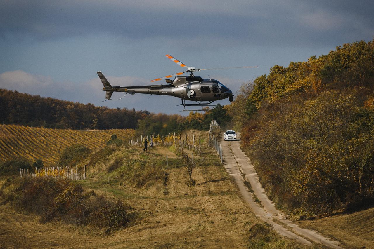 Magyar versenyeken nagyon ritka látvány, az ERC futamain azonban állandó szereplő az Eurosport kameráját szállító helikopter. Bár sokszor még a versenyautók hangjait is elnyomja, általában a nézők legalább annyira várják, mint a versenyzőket. Egészen alacsonyan szállva, hosszan követi az autókat, manőverei néha még a ralisokénál is vadabbak. A gyönyörű novemberi idő kedvezett a helikopteres felvételeknek is, melyeken a legszebb arcát mutatta a mádi borvidék, ahol kétszer világosban és egyszer sötétben haladt át a mezőny