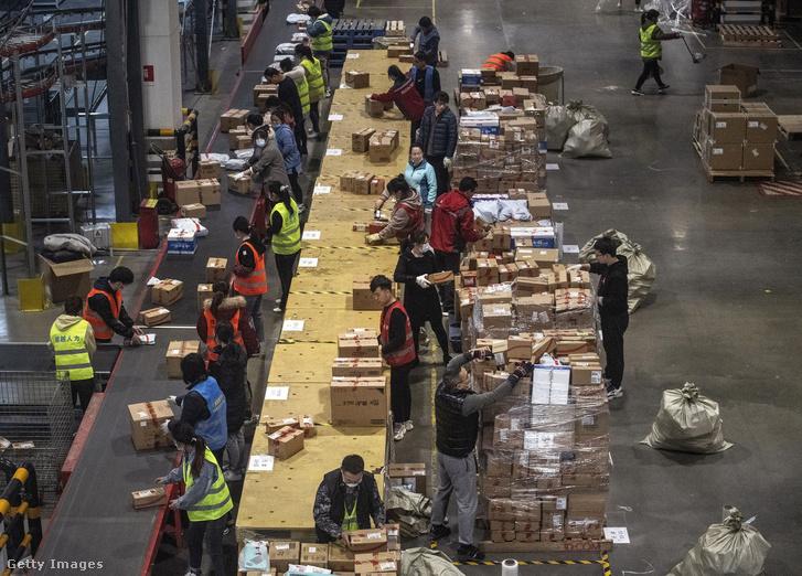Dolgozók Kína egyik legnagyobb e-kereskedelmi egységében a szinglik napján Pekingben 2020. november 11-én
