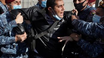 Tüntetőket és ellenzéki politikusokat tartóztattak le Örményországban