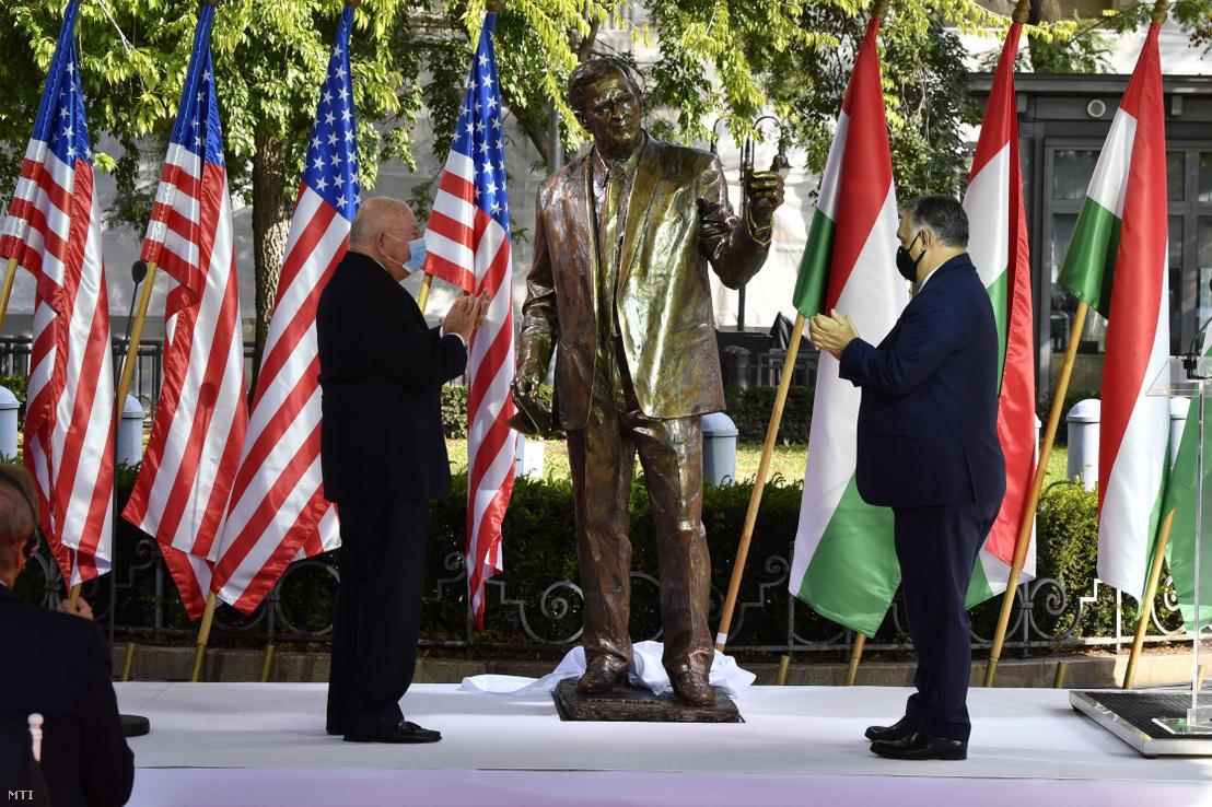 Orbán Viktor miniszterelnök (jobbra) és David Cornstein amerikai nagykövet (balra) a George H. W. Bush, az Amerikai Egyesült Államok 41., néhai elnökének tiszteletére emelt szobor ünnepélyes avatásán a budapesti Szabadság téren 2020. október 27-én