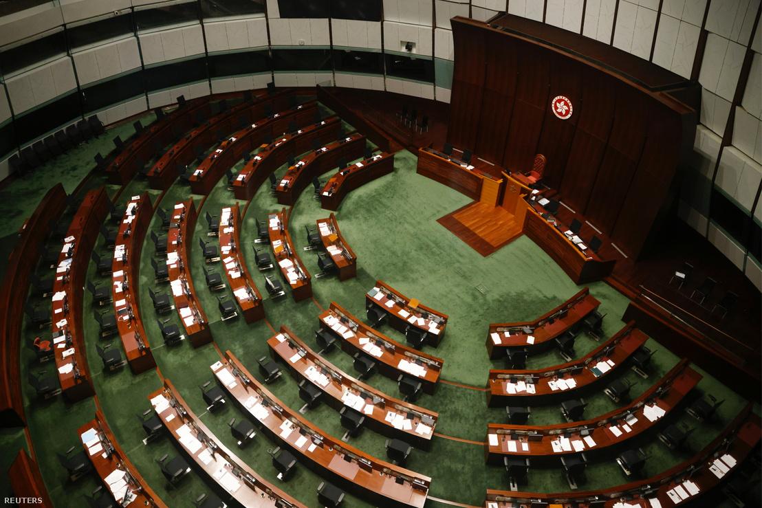 A törvényhozói tanács kamarája Hongkongban, miután a törvényhozókat kizárták 2020. november 11-én