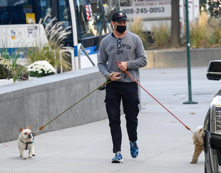 Nehogy hiányérzetük maradjon: íme, a címlapképként használt fotó Hugh Jackmanről. Kutyái Dali, a francia bulldog, és Allegra, a pudli-terrier-keverék.
