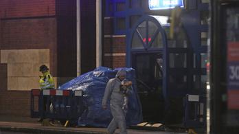 Londonban nekihajtott a rendőrörs bejáratának, majd gyújtogatott egy férfi