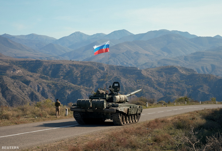 Az orosz békefentartók tankja közel a Hegyi-Karabah-határhoz Örményországban 2020. november 10-én