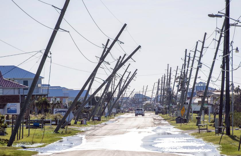 Kidőlt villanyoszlopok a Zeta hurrikán elvonulása után a Louisiana állambeli Grand Isle településen 2020. október 29-én.