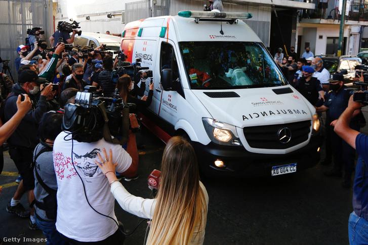 Óriási médiaérdeklődés fogadta a kórházból távozó Diego Maradonát