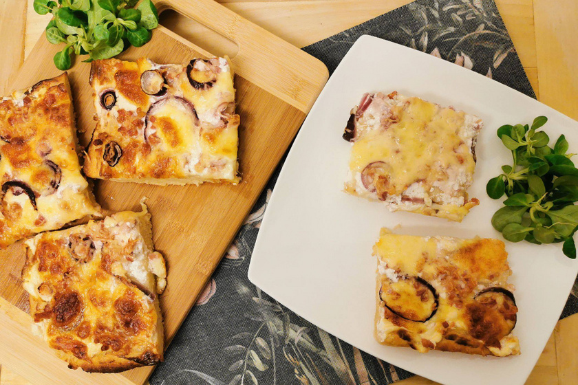 Krumplis tésztából készült kenyérlángos: tejfölös-szalonnás feltéttel a legfinomabb