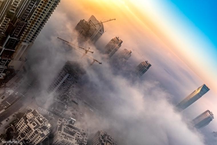 Egy 29 éves pakisztáni fotós, Zohaib Anjum felmászott egy Damac nevű felhőkarcoló 56