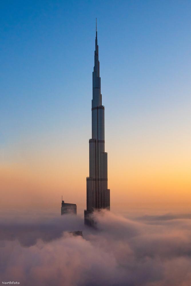 Ez meg itt a Burdzs Kalifa, amit 828 méteres magasságával a világ legmagasabb épületeként tartanak számon