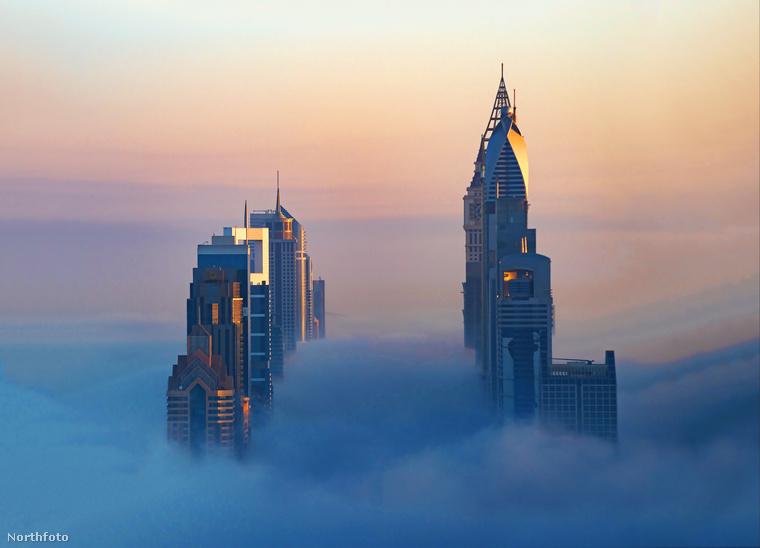 Ám nemcsak a ködökből előbújó épületekben lehet gyönyörködni a fotós képein: az ég is egészen mesés rózsaszínes-narancsos színekben pompázik