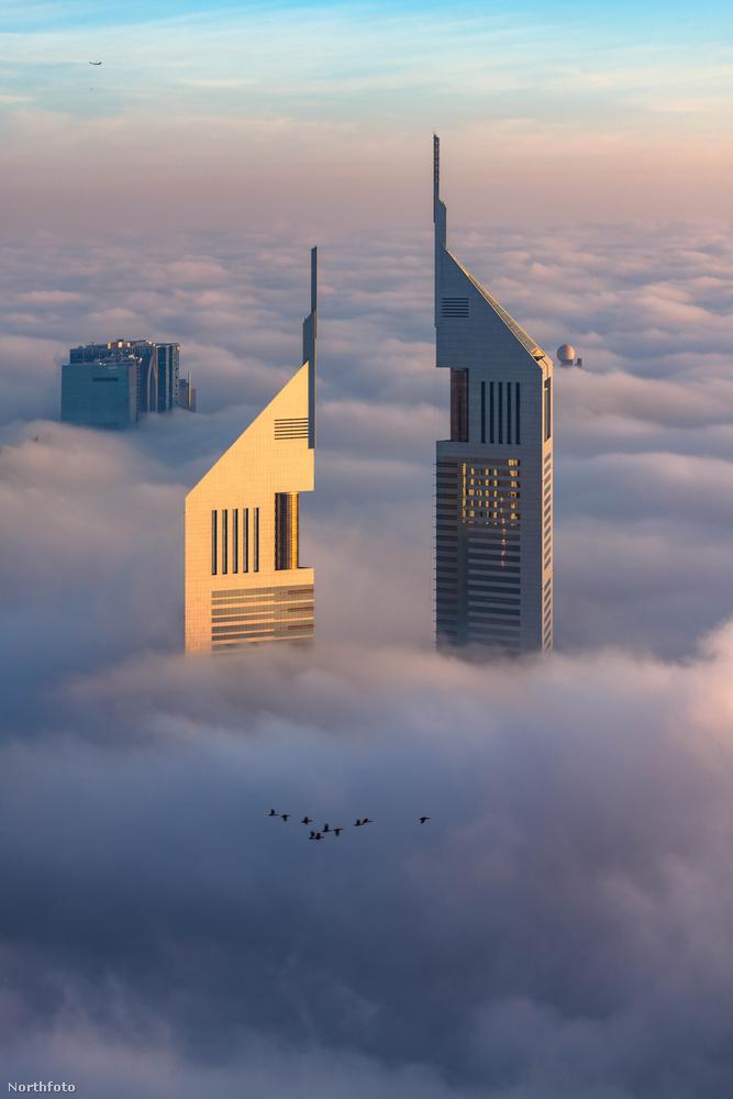 Főleg az Emirates Towers épületegyüttes aszimmetrikus, hegyes szögekben bővelkedő felhőkarcolóihoz képest