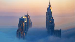 10 lenyűgöző kép Dubaj ködbe burkolózó felhőkarcolóiról